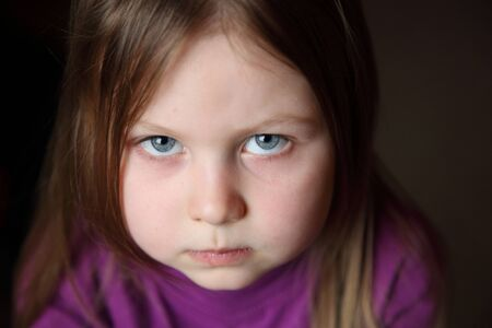 yeux tristes: Belle fille avec des yeux tristes