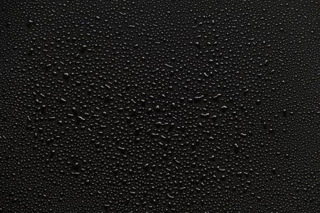 condensacion: gotas de agua sobre fondo negro.