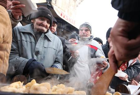 vagabundos: CRACOVIA, POLONIA - 19 de diciembre del 2010; La v�spera de Navidad para los pobres y sin hogar en el mercado central de Cracovia. Cada a�o el grupo Kosciuszko prepara el mayor v�spera al aire libre en Polonia.