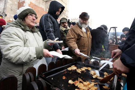 vagabundos: CRACOVIA, POLONIA - 19 de diciembre del 2010; La víspera de Navidad para los pobres y sin hogar en el mercado central de Cracovia. Cada año el grupo Kosciuszko prepara el mayor víspera al aire libre en Polonia.