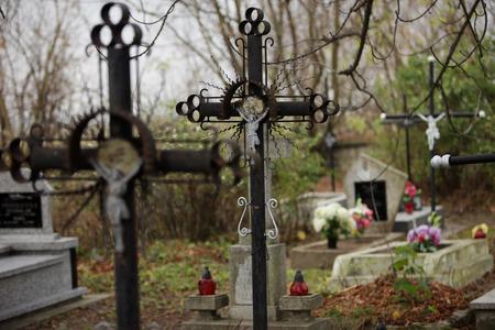 Altes Eisenkreuz auf dem Friedhof Standard-Bild - 37321663