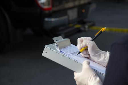 mano prendere nota su prove e scena del crimine non carta sul blocco note