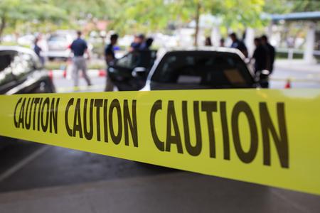 cintas: la línea amarilla de precaución para la escena del crimen de vehículos Foto de archivo