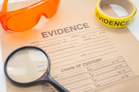 bolsa de pruebas con la herramienta forense para la investigación de la escena del crimen
