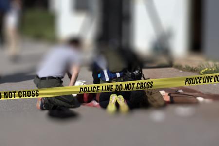 警察はアクティブなシューティング ゲームのシナリオ、コピー領域の医療避難訓練のシナリオのぼやけメディック法施行の背景を持つクロス ライン