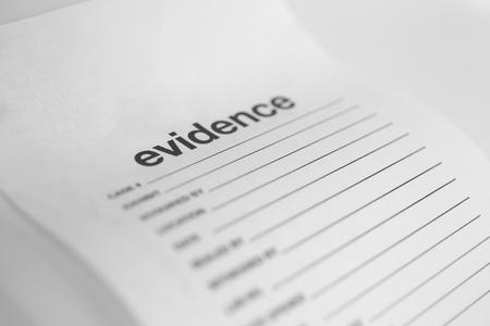 モノトーンにコピー スペースを持つ正義の概念のための空白の白い証拠袋を閉じる