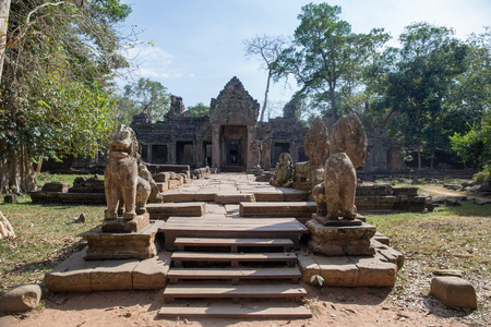 Ancient gate of Preah Khan the stone temple surround with forest in Angkor, Siem Reap , Cambodia Imagens