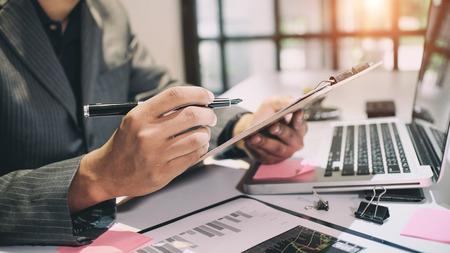 Concepto de auditoría, contador o inspector financiero y el informe de la secretaria Informe de planificación financiera en la hoja de cálculo. Ingresos internos Inspector de servicio de verificación de documentos financieros tono vintage. Foto de archivo - 83473429