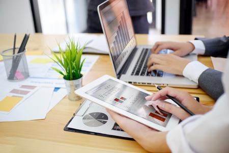 시작 비즈니스 개념, 젊은 사업가 회의 또는 새로운 사업을 시작하는 브레인 스토밍.