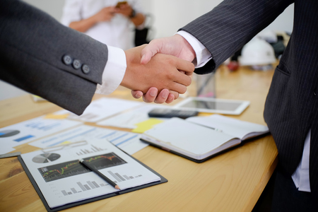 pozyskiwanie ludzi biznesu, ściskając ręce, kończąc spotkanie.