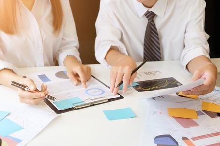 Consultare l'azienda, le persone che lavorano e si incontrano sul tavolo dell'ufficio.