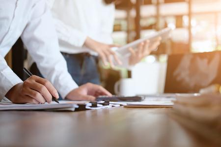 Raadplegen van zakenmensen die praten en vergaderen met het raadplegen van financiële gegevens.