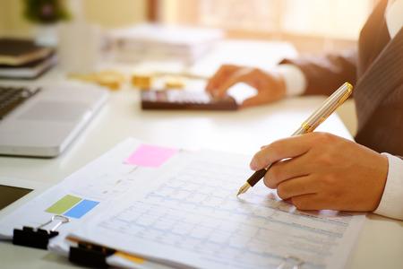 Wirtschaftsprüfer, Mann, der an Tabellenkalkulationsdokument-Finanzdaten arbeitet.