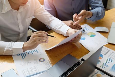 Incontro del consulente aziendale per analizzare e discutere la situazione sul documento di relazione finanziaria. Consulente per gli investimenti, consulente finanziario e concetto di contabilità.