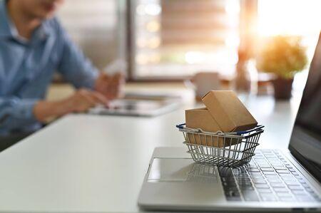 Online winkelen concept, dozen in een trolley online winkelen is een vorm van elektronische handel.