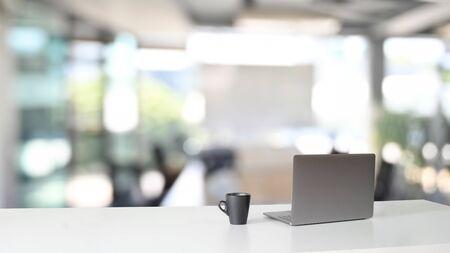 Espace de travail avec ordinateur portable et tasse à café sur table. Banque d'images