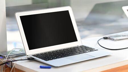 Mały laptop na stałym stole. Zdjęcie Seryjne