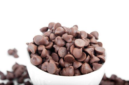 Schokolade-Chips in weißen Tasse auf weißem Hintergrund Standard-Bild - 33545422