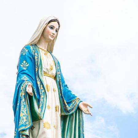 Beelden van de Heilige Vrouwen op bewolkte hemel achtergrond