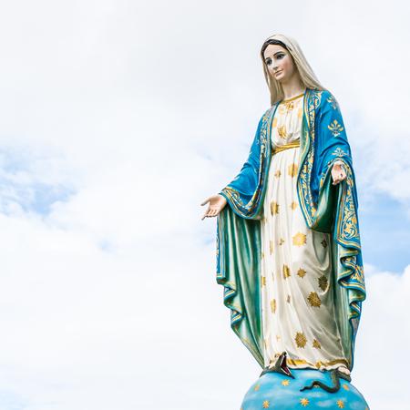 曇り空を背景に神聖な女性の像