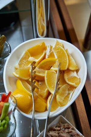 Lemon wedges in a white bowl as an appetizer Banco de Imagens