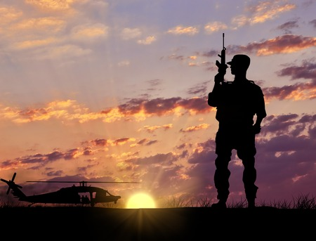 silhouette soldat: Soldier Silhouette Military helicopter against the evening sunset in the rays of the sun. Elesment design Banque d'images