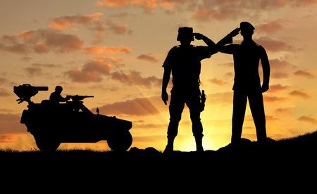 soldado: Silueta de un soldado y el comandante de un Humvee veh�culo de combate al atardecer Foto de archivo