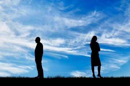 divorcio: Concepto de relaci�n. Silueta de la brecha entre hombres y mujeres en la pelea contra el fondo del cielo soleado