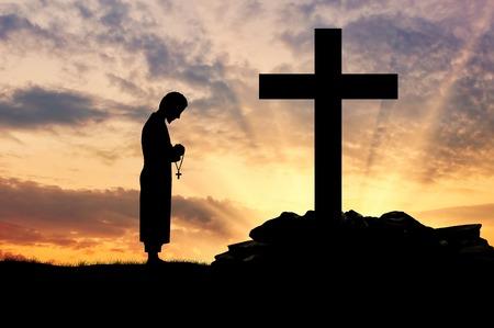 sotana: Concepto de la religi�n. Silueta de sacerdote y cruz sobre un fondo de cielo hermoso Foto de archivo