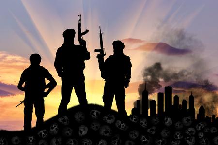 wojenne: Koncepcja ataku terrorystycznego. Sylwetka terrorystów z karabinem stojący na stosie czaszek na tle miasta w dymie Zdjęcie Seryjne