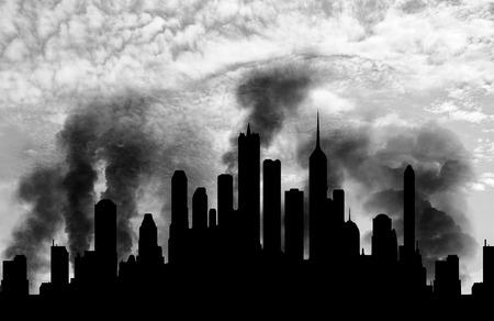 Concept van een terroristische aanslag. Silhouet van de stad in rook tegen de blauwe hemel Stockfoto