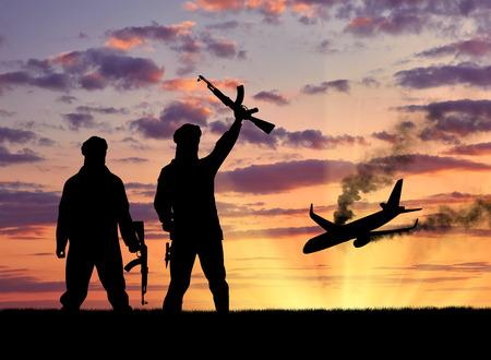 Concept van terrorisme en terroristische aanslagen. Silhouet van terroristen en blazen het vliegtuig wrak bij zonsondergang