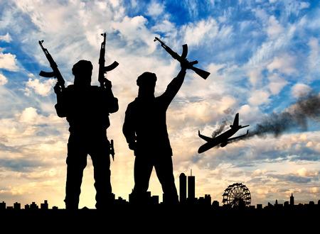 テロの概念。テロリストと夕方の都市に飛行機の墜落事故のシルエット