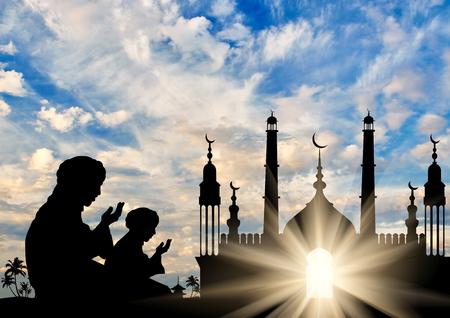 orando: Concepto de la religión islámica. Silueta de dos hombres rezando en el fondo del ayuntamiento en la madrugada
