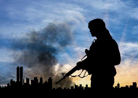 begrip terrorisme. Het silhouet van terrorist op stad achtergrond in rook Stockfoto