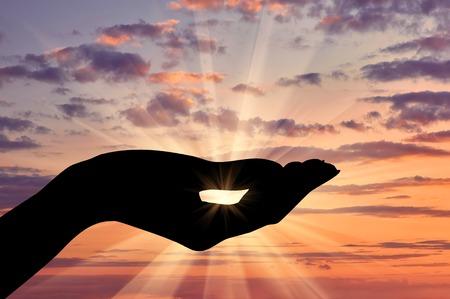 Konzept der Emotionen und Gefühle. Silhouette helfende Hand Geste auf Sonnenuntergang Hintergrund