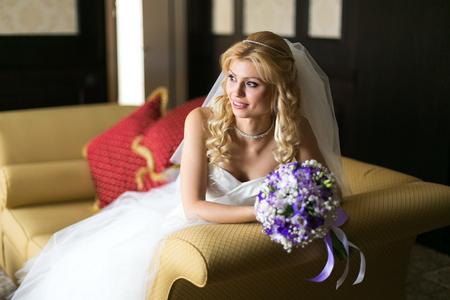 Boda sentimientos y emociones concepto. sonriendo con un ramo de flores en la sesión ambiente hermoso y elegante novia