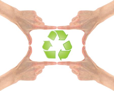 Concetto di riciclaggio della plastica. Riciclaggio del simbolo al centro dei quattro mani