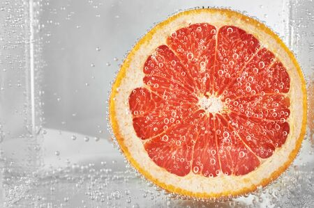 Schneiden Sie Grapefruit in Wasser. Design-Element