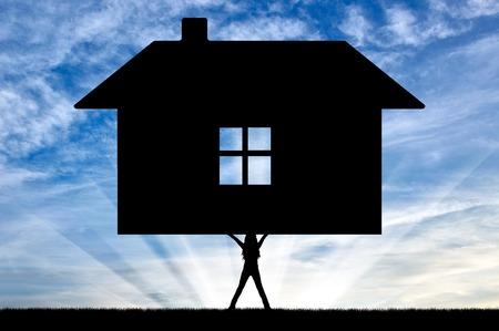 silhouette maison: Silhouette de forte féministe, soulevant la maison. Le concept du féminisme.