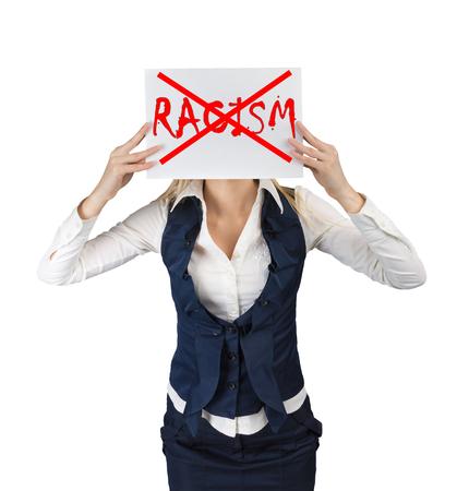 social conflicts: El racismo y el concepto de discriminaci�n. Una mujer sostiene un cartel con la palabra tachada racismo