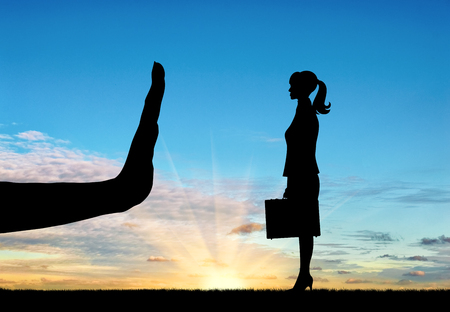 差別と人種差別の概念。手のシルエットが、夕日を背景に女性を停止します。 写真素材