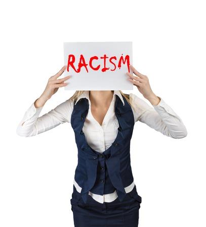 conflictos sociales: El racismo y el concepto de discriminaci�n. Una mujer sostiene un cartel con la palabra racismo
