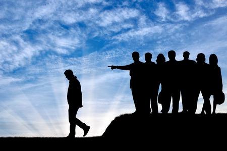 conflictos sociales: concepto de discriminación. Siluetas de la gente se aglomera expulsar al hombre de su comunidad.