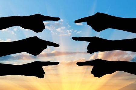 conflictos sociales: Concepto de las partes en conflicto. Silueta de las manos de personas que se�alar con el dedo el uno al otro Foto de archivo