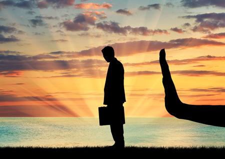差別と人種差別の概念。手のシルエットが海の夕日の背景に男を停止します。