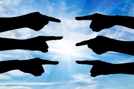 conflictos sociales: Concepto de las partes en conflicto. Silueta de las manos de personas que señalar con el dedo el uno al otro Foto de archivo