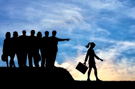 conflictos sociales: concepto de discriminación. Siluetas de la gente se aglomera mujer expulsada de su sociedad.