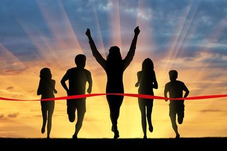 Ejecución de los deportes. Cinco corredores y cinta roja que cruza un ganador Foto de archivo