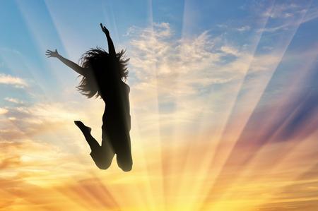 Bonheur succès femme. Heureuse femme sautant au coucher du soleil